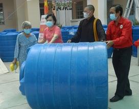 Phu nhân nguyên Chủ tịch nước trao bồn chứa nước cho dân vùng hạn, mặn