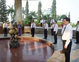 Lãnh đạo Đà Nẵng dâng hương tại Đài tưởng niệm thành phố