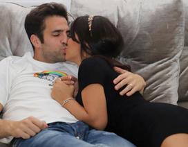 Ở nhà cách ly, Fabregas hạnh phúc khoá môi bà xã xinh đẹp