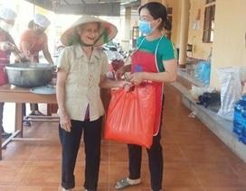 Cụ bà 73 tuổi đi bộ 2km ủng hộ gạo cho khu cách ly Covid-19
