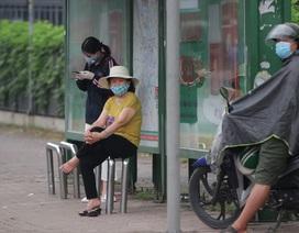 Hà Nội: Nhiều hành khách ngẩn ngơ ngồi đợi hàng giờ ở trạm xe buýt