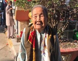 Cụ bà 93 tuổi đi bộ đến phường ủng hộ phòng, chống dịch Covid-19