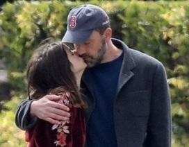 Ben Affleck hạnh phúc bên bạn gái kém 16 tuổi