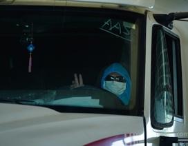 Tài xế ăn ngủ trên xe chờ được thông quan cửa khẩu trong mùa dịch