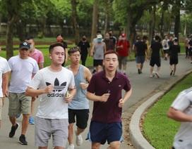Hà Nội: Công viên đông nghịt người đi tập thể dục giữa mùa dịch Covid-19