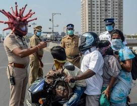 Cảnh sát Ấn Độ có mũ bảo hiểm Covid-19