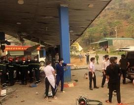 Xe tải cẩu tông sập cây xăng, 1 người chết, 5 người bị thương