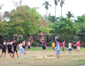 Nhiều người dân tụ tập chơi thể thao không đeo khẩu trang ở công viên