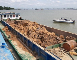 Phát hiện 7 sà lan trộm đất sét trên sông