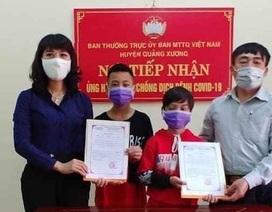 Hai học sinh mang toàn bộ tiền tiết kiệm đến ủng hộ chống dịch Covid-19