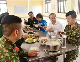 Chủ tịch tỉnh cùng ăn suất cơm 20.000 đồng của khu cách ly tập trung