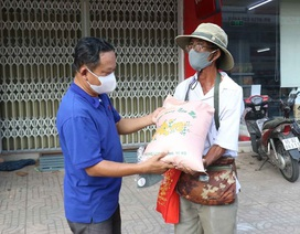 Hỗ trợ người bán vé số dạo trong những ngày tạm ngưng phát hành vé số