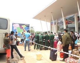 Bộ đội căng mình nơi cửa khẩu đón công dân từ Lào trở về