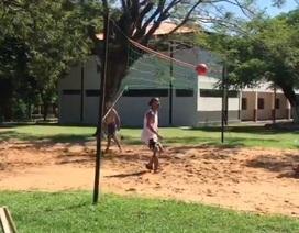 Ronaldinho thể hiện kỹ năng chơi Piki Volley trong tù