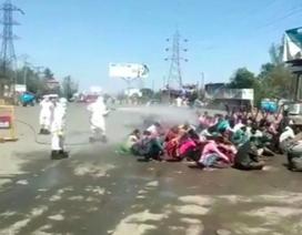 Bang Ấn Độ gây phẫn nộ vì phun thuốc khử trùng thẳng vào lao động nhập cư