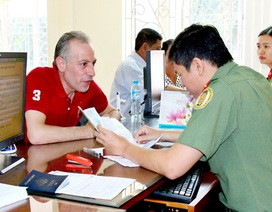 """Công dân nước ngoài phải làm gì khi """"kẹt"""" lại Việt Nam do Covid-19?"""