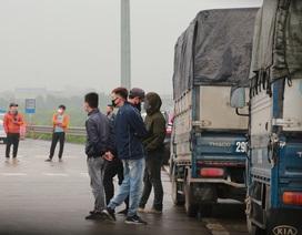 Bị từ chối cho vào thành phố, loạt xe tải nằm chờ giải tỏa hàng tại cao tốc