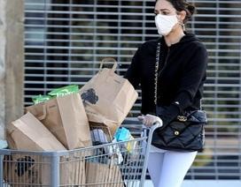 Bạn gái ông bầu siêu giàu Simon Cowell đeo găng tay, khẩu trang đi siêu thị