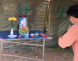 Dựng bạt dã chiến, lập bàn thờ chịu tang mẹ ở khu cách ly