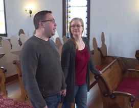 Đám cưới thời corona: Kín khách mời bằng… bìa trong nhà thờ