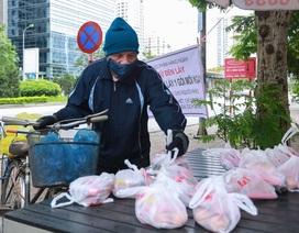 """Ấm lòng suất ăn """"ai thiếu đến nhận"""" trên phố Hà Nội giữa đại dịch Covid-19"""