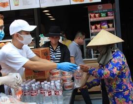 Ấm lòng những bao gạo, suất ăn hỗ trợ người nghèo trong thời gian dịch bệnh