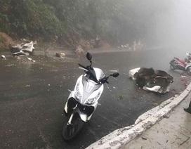 Người đi xe máy bị tảng đá lớn lăn trúng