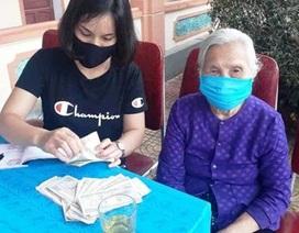 Xấp tiền lẻ và tấm lòng cụ bà 90 tuổi ủng chương trình chống dịch Covid-19