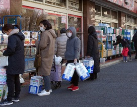 """Giấy vệ sinh, khẩu trang bùng nổ """"cứu"""" tiêu dùng Nhật Bản"""