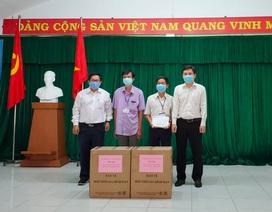Đại học Quốc gia TPHCM trao tặng 7.000 khẩu trang tại khu cách ly