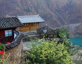 """Lạc bước vào ngôi làng cổ """"đẹp huyền bí"""" nằm sâu trong hẻm núi ở Trung Quốc"""