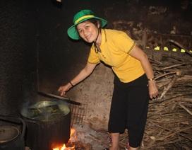 """Bà con """"xóm nghèo"""" nấu bánh chưng để hỗ trợ các chiến sỹ chống dịch"""