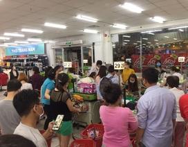 """Dân """"đổ xô"""" mua thực phẩm tích trữ, các siêu thị làm ăn lời lãi ra sao?"""