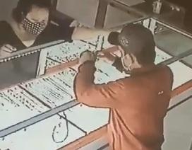 Thanh niên giật 2 sợi dây chuyền trên tay nữ chủ tiệm vàng