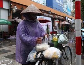 """Thêm một """"cây ATM"""" gạo, người nghèo Hà Nội đội mưa đi nhận miễn phí"""