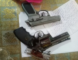 Bắt ổ bạc trong tiệm cầm đồ, phát hiện tàng trữ súng và nhiều đao kiếm