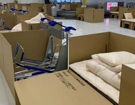 Sân bay Nhật Bản dùng bìa làm giường cho khách chờ xét nghiệm Covid-19