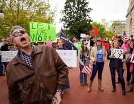 Phớt lờ lệnh cấm tụ tập, người Mỹ biểu tình phản đối giãn cách xã hội