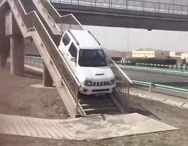 Sửng sốt với ô tô leo lên cầu vượt dành cho người đi bộ để... quay đầu