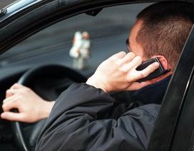 Dùng điện thoại khi lái xe bị phạt bao nhiêu tiền?