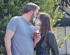 Ben Affleck hôn bạn gái qua khẩu trang