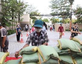 """Trường đại học chung tay giúp 4.000 người nghèo qua """"ATM gạo"""" miễn phí"""