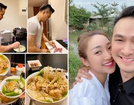 Ở nhà chống dịch, Chi Bảo thường xuyên vào bếp nấu ăn cho vợ