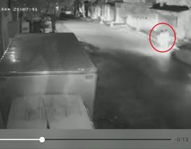 Truy tìm xe ô tô đâm 2 chị em gái thương vong trong đêm muộn
