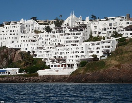 Khách sạn được một nghệ sĩ dành 36 năm để xây dựng trên vách đá cheo leo
