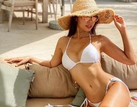 """Siêu mẫu Hà Anh mặc bikini thả dáng nuột nà """"sưởi nắng"""" khi ở nhà cách ly"""