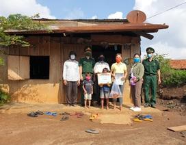Bộ đội biên phòng đến nhà tặng gạo cho đồng bào biên giới