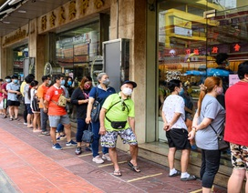 Giá vàng tăng cao, dân Thái xếp hàng dài chờ bán vàng bất chấp Covid-19
