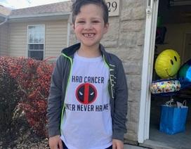 Đoàn xe cảnh sát diễu hành mừng cậu bé 6 tuổi chiến thắng ung thư