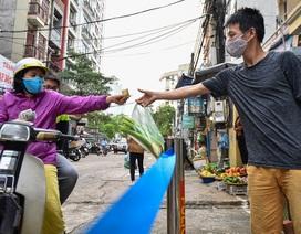 Hà Nội: Chợ dân sinh kẻ vạch, dựng rào phòng dịch Covid-19